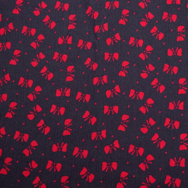 tamsus dzinsas su raudonais kaspineliais